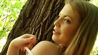 Makea ja seksikäs pikkuteini Alessandra Jane poseeraa aistillisesti metsässä