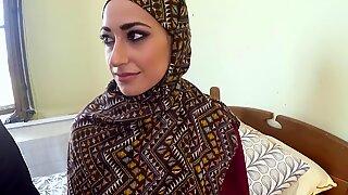 Араб женщина в хиджабе имеет секс с большим человеком
