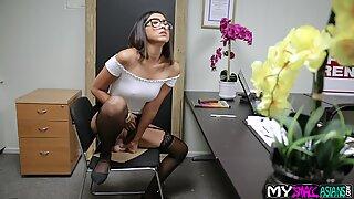 Phiêu lưu Madam có một công việc và ngay lập tức mang lại cho mình trong tương lai ở Văn Thế.