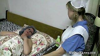 Abuelitas y jovencita juegan coños en la cama