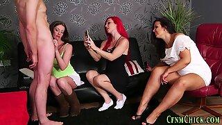 Chicos desnudos y chicas vestidas milf mirado y filmado pajeándose perdedor