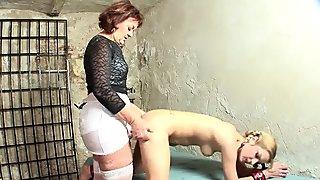 Напаљени маторке љубавница са својим мала тинејџерка секс робом