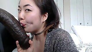 Mamadas asiáticas calientes - mira la parte 2 en camgirlgotwild.com
