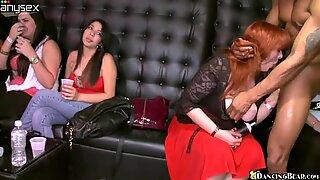 Группа озабоченной женщины сосущая вкусные и жирные хер