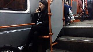 Milf sexy en negros pantimedia en late tram