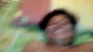 Одвратно кичмећи индијски нимфоманка ће јој гурати влажну пичку на камерици због радости