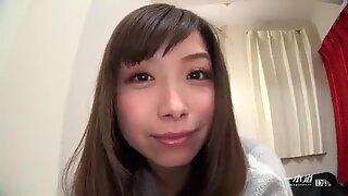 Asiático estudiante chupando