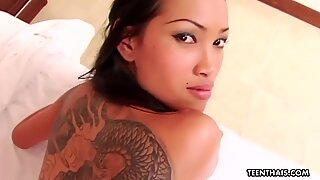 Puta de Tailandes con tatuajes en Cuatro follando