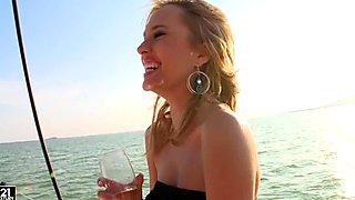 Ingerul Albastru sexy sexy pe un pahar de vin pe un iaht cu prietenele ei