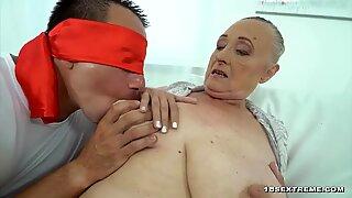 Bigtited Bà Ngánh đang cầm một chiếc cứng cứng