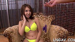 Cariñoso China extendió sus hermosas Piernas y obtuvo un orgasmo de las vibraciones de su gran juguete.
