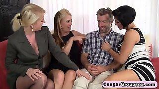 Bir olgun kadın dörtlü seks içinde üç sıcak puma