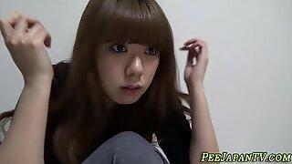 Asiático jovencita mea en el baño