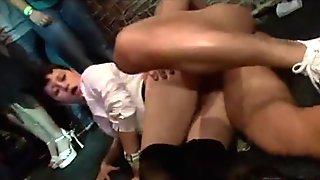 Mejillas en el club follada desnudo bailarín