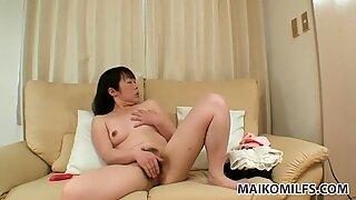 Feo milf morena fumiko manaka se masturba en el sofá