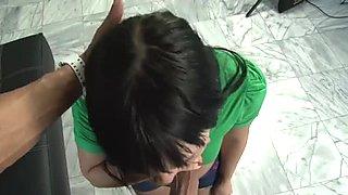 Sexy brunette hình Ashli Orion cho một bú cu