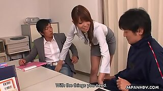 Sensual Yuno Hoshi seduce a dos papás en Oicina